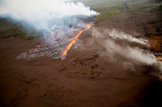 Hawaii: A look at the new fissure eruptions near Pu`u `O`o and Napau Crater | The Extinction Protocol: 2012 and beyond #fissure #hawaii #lava