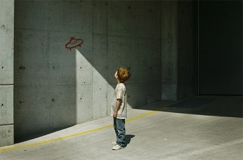 88 Brilliant Examples of Forced Perspective Photography | Inspiration | instantShift #photography #ufo