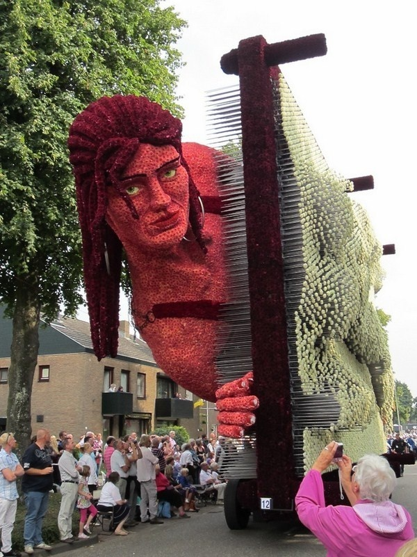 2012 Pin up girl sculpture from flowers #sculpture #of #art #flowers #parade