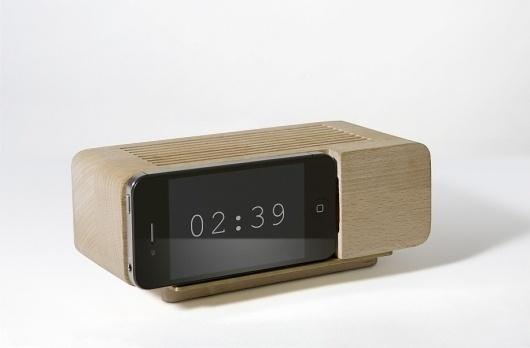 alarmdock.jpg 916×602 píxeles #object #iphone #clock #wood