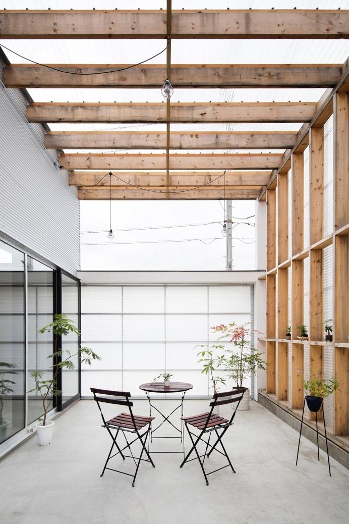 A #contemporary #garage and also sheltered #terrace. #GarageTerraceHouse by #YoshiakiYamashitaArchitectAndAssociates. Photo by #EijiTomita.