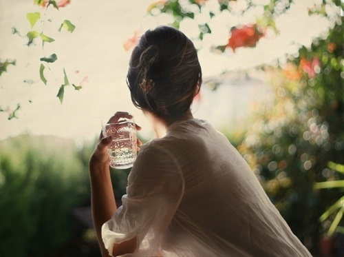 All sizes | Desayuno en el jardín II | Flickr - Photo Sharing! #woman #bokeh #portrait #photography #vintage #light