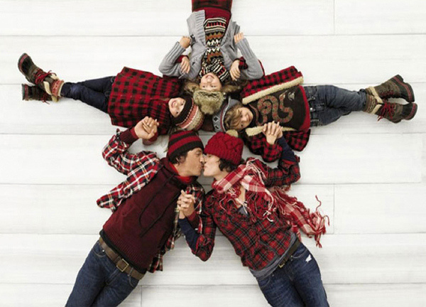 Gap Ad of people making a Snowflake with their bodies #snow